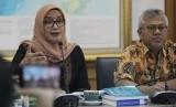 Ketua KPU Arief Budiman (kanan) bersama Komisioner KPU Evi Novida Ginting Manik (kiri) memberikan keterangan kepada wartawan saat pada Coffee Morning di gedung KPU, Jakarta, Selasa (18/2/2020).
