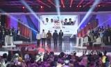 Ketua KPU Arief Budiman (tengah) bersama pasangan capres-cawapres nomor urut 01 Joko Widodo (kedua kiri) dan Ma'ruf Amin (kiri) serta pasangan nomor urut 02 Prabowo Subianto (kedua kanan) dan Sandiaga Uno (kanan) bersiap mengikuti debat pertama Pilpres 2019, di Hotel Bidakara, Jakarta, Kamis (17/1/2019).