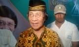 Ketua Lembaga Perlindungan Anak Indonesia Seto Mulyadi sedang memotivasi siswa SD Dinamika Indonesia di Kelurahan Ciketing Udik, Bantargebang, Kota Bekasi, Ahad (19/5). Kebanyakan siswa disana adakah anak dari pemulung yang bekerja di TPST Bantargebang.