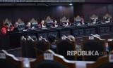 Ketua Majelis Hakim Mahkamah Konstitusi (MK) Anwar Usman (tengah) didampingi hakim MK memimpin sidang putusan uji materi di Ruang Sidang Gedung MK, Jakarta.