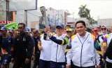 Ketua MPR RI, Zulkifli Hasan mengarak obor Asian Games 2018 bersama Ketua Penyelenggara Asian Games INASGOC Erick Thohir di Bandar Lampung, Rabu (8/8).