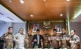 Ketua MPR Zulkifli Hasan (keempat kiri) saling bergandengan tangan dengan Wakil Ketua MPR (dari kiri ke kanan) Ahmad Basarah, Oesman Sapta Odang, E.E. Mangindaan, Mahyudin, Hidayat Nur Wahid, Ahmad Muzani dan Muhaimin Iskandar seusai menggelar rapat pimpinan MPR di Kompleks Parlemen, Senayan, Jakarta, Kamis (18/7/2019).