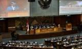 [ilustrasi] Ketua Pansus Hak Angket KPK Agun Gunandjar Sudarsa (kanan) menyampaikan laporan pada Rapat Paripurna DPR.
