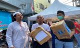 Ketua Pemuda DMI Aried Rosyid  mengantarkan madu dan telur untuk penjaga dan jamaah Masjid Jami Kebun Jeruk yang sedang di isolasi. Sabtu (28/3)