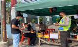 Petugas berjaga di Masjid Jami Kebun Jeruk yang sedang di isolasi. Sabtu (28/3)