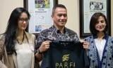 Ketua Persatuan Artis Film (Parfi) 56 Marcella Zalianty (kiri), Dirut PT Republika Media Mandiri Agoosh Yoosran (tengah), dan Wakil Sekjen Persatuan Artis Film Indonesia, Wanda Hamidah (kanan)
