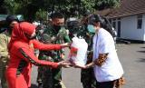 Ketua Persit KCK Daerah III/Siliwangi, Ny. Suci Nugroho Budi Wiryanto, secara simbolis kepada tenaga medis RS Tingkat II Dustira dan kepada tenaga medis RS Tingkat IV Sariningsih.