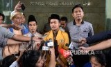 Ketua PP Ikatan Pelajar Muhammadiyah Khairul Sakti Lubis (kedua kanan), dan Sekretaris PP Pemuda Muhammadiyah Pedri Kasman (kedua kiri)  saat pemeriksaan sebagai pelapor terkait penistaan agama di Bareskrim Polri, Jakarta, Selasa (8/11).