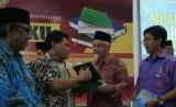 Ketua STAIMI Prof Dr Sudarsono (kedua dari kanan) menyerahkan cendera mata kepada Ketua Komisi Pemberdayaan Ekonomi Umat (KPEU) MUI Azrul Tanjung (kedua dari kiri) disaksikan pakar ekonomi syariah Ardito Bhinadi (kanan) dan Ketua Umum DPP LDII Prof KH Abdullah Syam (kiri).