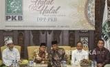 Ketua Umum DPP PKB Muhaimin Iskandar (kedua kiri) berbincang dengan Ketua Umum PBNU KH Said Aqil Siroj (tengah) disaksikan Menristekdikti Mohamad Nasir (kedua kanan), Mendes PDTT Eko Putro Sandjojo (kanan), dan anggota Dewan Syura DPP PKB KH Abdul Ghofur (kiri) saat Halal Bihalal Partai Kebangkitan Bangsa di DPP PKB, Jakarta, Senin (17/6).