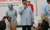 Ketua Umum Gerakan Emas Nur Asia Uno dan Calon Presiden Prabowo Subianto di acara deklarasi Gerakan Emas di Stadion Klender, Jakarta, Rabu (24/10).