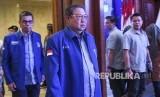 Ketua Umum Partai Demokrat Susilo Bambang Yudhoyono (tengah) berjalan bersama Sekretaris Jenderal Hinca Panjaitan (kiri).