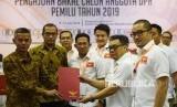 Ketua Umum Partai Garuda Ahmad Ridha Sabana (kedua kanan) menyerahkan daftar bakal calon Legislatif kepada Komisioner KPU Wahyu Setiawan (kiri) di Kantor KPU, Jakarta, Selasa (17/8).