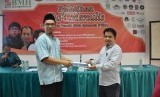Ketua Umum PENA, Imam Nawawi (kanan) menyerahkan dokumen secara simbolis kepada Ketua PENA Jabodebek, Hidayatullah di Islamic Center Bekasi, Jawa Barat, Ahad (20/1).