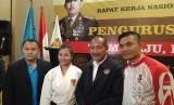 Ketua Umum Pengurus Besar Institut Karate-Do Nasional (PB INKANNAS), Jenderal Polisi (Purn.) Badrodin Haiti (kedua dari kanan) saat membuka rakernas PB INKANAS di Jakarta, Sabtu (15/2).