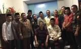 Ketua Umum Pimpinan Pusat Pemuda Muhammadiyah Dahnil Anzar Simanjuntak (duduk kanan) bersama dengan Pastor Fred S Tawaluyan (duduk) dan sejumlah perwakilan organisasi Islam dan kepemudaan dalam pertemuan di Manado.