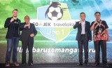 Ketua Umum PSSI Edy Rahmayadi (kedua kiri) didampingi Direktur Utama PT Liga Indonesia Baru (PT LIB) Berlinton Siahaan (kedua kanan), Chief Marketing Officer GO-JEK Indonesia Piotr Jakubowski (kiri) dan Head of Marketing Traveloka Dannis Muhammad (kanan) foto bersama dengan logo baru GO-JEK Traveloka Liga 1 saat peluncuran di Jakarta, Senin (10/4).