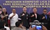 Ketua Umum PSSI Mochamad Iriawan (kedua kanan) berfoto bersama Wakil Kepala Badan Intelijen dan Keamanan (Wakabaintelkam) Polri Irjen Pol Suntana (kedua kiri), Ketua Satgas Antimafia Bola Brigjen Pol Hendro Pandowo (kiri), Ketua Umum Badan Olahraga Profesional Indonesia (BOPI) Richard Sam Bera (tengah) dan Wakil Ketua Umum PSSI Cucu Somantri di sela rapat koordinasi menjelang dimulainya liga sepak bola musim 2020 di Senayan, Jakarta, Kamis (20/2/2020).
