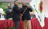 Ketua Umum terpilih Persatuan Golf Indonesia (PGI) DKI Jakarta Raya (Jaya) periode 2020-2024 Reza Ihsan Rajasa (kiri) menerima bendera dari Ketua Umum sebelumnya Ferrial Sofyan, seusai Musyawarah Provinsi PGI DKI Jaya, di Gedung Komite Olahraga Nasional Indonesia (KONI) DKI Jakarta, Ahad (19/1).