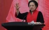 Ketum PDIP Megawati Soekarnoputri berpidato seusai melantik pengurus Dewan Pimpinan Pusat (DPP) Baitul Muslimin Indonesia (Bamusi) periode 2016-2020 di DP