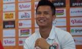 Kiper Persija Jakarta Shahar Ginanjar. Shahar melelang tiga barang sekaligus, yakni jersey match worn juara 2018, sarung tangan berukuran 10, dan jaket musim lalu untuk donasi dalam gerakan