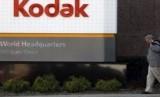 Saham perusahaan multinasional Eastman Kodak Co turun sekitar 40 persen pada Senin (10/8), mencatatkan penurunan terburuk dalam satu hari. Penurunan terjadi satu hari setelah pemerintah Amerika Serikat (AS) memblokir pinjaman 765 juta dolar AS kepada perusahaan karena dugaan fraud oleh para eksekutif.
