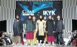 Koleksi Hyjab on Fire hasil kolaborasi IKYK dan Clear di JFW 2020. Ketahui cara menghindari bau apek pada hijab.
