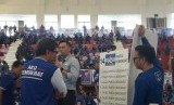 Komandan Satuan Tugas Bersama (Kosgama) Agus Harimurti Yudhoyono membawa Rocky Gerung di hadapan seribuan kader dan simpatisan Partai Demokrat di GOR Ciracas, Jakarta Timur (Jaktim), pada Ahad (24/3).