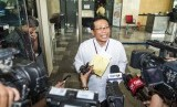 Komisaris Utama PT Adhi Karya (Persero) Tbk Fadjroel Rahman memberikan keterangan kepada wartawan saat tiba di gedung KPK, Jakarta, Jumat (13/11).