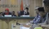 Komisioner KPU Hasyim Asy'ari (ketiga kanan)
