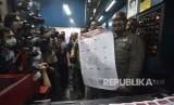 Komisioner KPU Ilham Saputra menunjukkan surat suara legislatif kepada awak media saat pencetakan di Jakarta, Ahad (20/1/2019).