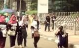 Komunitas Mualaf Ceter Indonesia mengadakan acara memungut sampah pada kegiatan car free day, di Bundaran HI, Ahad (16/11).