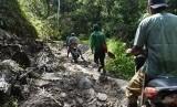 Kondisi jalan menuju Kecamatan Lindu, daerah terluar dari Kabupaten Sigi, Sulawesi Tengah.