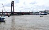 Kondisi Jembatan Ampera pasca tiang jembatannya ditabrak kapal tongkang pengangkut batu bara