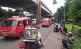 Kondisi lalu lintas di kolong flyover pasar rebo dipenuhi oleg angkot dan PKL