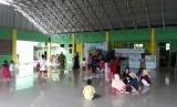 Kondisi para pengungsi korban bencana Lebak Banten di Posko Dompet Dhuafa. Sejumlah relawan membantu pelayanan pemulihan trauma anak-anak korban banjir Lebak. Ilustrasi.