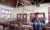 Kondisi terbaru SD Negeri Cipinang 01 Kecamatan Rumpin, Bogor, Rabu (15/11). Dari lima ruang kelas yang biasa digunakan, empat di antaranya sudah rusak terutama pada bagian plafon. Bahkan, pada Sabtu (11/11), ruang kelas 1 SD rubuh sehingga tidak dapat digunakan lagi.