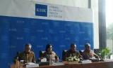 Konferensi pers hasil rapat Komite Sistem Stabilitas Keuangan (KSSK) di Gedung Kementerian Keuangan (Kemenkeu), Jakarta, Rabu (22/1). Turut hadir (kiri-kanan) Ketua Dewan Komisioner Otoritas Jasa Keuangan (OJK) Wimboh Santoso, Menteri Keuangan Sri Mulyani, Gubernur Bank Indonesia (BI) Perry Warjiyo dan Ketua Dewan Komisioner Lembaga Penjaminan Simpanan (LPS) Halim Alamsyah.