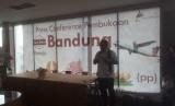 Konferensi pers pembukaan tiga rute baru Maskapai Transnusa di Bandara Husein Sastranegara, Rabu (22/1).