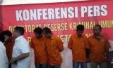 Konferensi pers penangkapan lima tersangka perampasan mobil tangki Pertamina, di Mapolda Metro Jaya, Selasa (19/3).