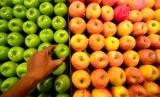 Konsumsi buah dan sayur secara rutin untuk menjaga kesehatan.