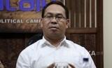 Koordinator FORMAPPI Sebastian Salang saat menjadi pembicara dalam diskusi bertajuk Politik Sebagai Cita-cita: Pilkada dan Demokrasi Tersandera di kantor PARA Syndicate, Jakarta, Jumat (12/8).