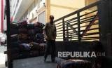 Koper barang bawaan jamaah haji Indonesia diangkut ke truk di pemondokan 101 Mahbas Jin, Makkah, Kamis (15/) untuk dibawa ke bandara sebagai persiapan kepulangan jamaah.(Republika/Didi Purwadi)