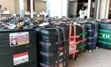 Koper petugas haji Daerah Kerja (Daker) Makkah dikumpulkan di Gedung D2 Asrama Haji Pondok Gede Jakarta, Senin (8/7). Rencananya, sebanyak 400 orang petugas haji Daker Makkah akan diberangkatkan ke Arab Saudi, Selasa (9/7) besok dengan dari Bandara Soekarno-Hatta, Jakarta.