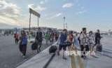 Korban gempa palu yang selamat berjalan di Bandara Mutiara Sis Aljufri (ilustrasi)