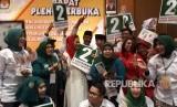KPU Jawa Timur menggelar sidang pleno terbuka pengundian nomor urut pasangan cagub-cawagub di Hotel Mercure Surabaya, Selasa (13/2). Pada pengundian tersebut, pasangan Khofifah-Emil mendapat nomor urut 1, sementara pasangan Gus Ipul-Puti mendapat nomor urut 2.