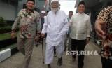 Kuasa hukum capres Joko Widodo dan Ma'ruf Amin, Yusril Ihza Mahendra (kanan) mengunjungi narapidana kasus terorisme Abu Bakar Baasyir (tengah) di Lapas Gunung Sindur, Bogor, Jawa Barat , Jumat (18/1/2019).