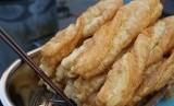 Kudapan tradisional Cina Youtiao atau dikenal dengan Cakwe di Indonesia.