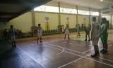 Laga persahabatan antara Tim Basket Putra UGM melawan Tim Basket Putra Porprov Tuban, Rabu (19/6) sore WIB.