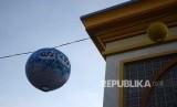 Lampion terpasang di kompleks Islamic Center kota Mataram, Lombok, Nusa Tenggara Barat, Selasa (23\5).
